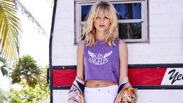 Rozličné odkazy a nápisy na tričkách sú v kurze. Model na snímke Penneys.