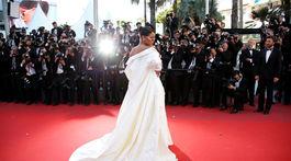 Speváčka Rihanna pózuje fotografom. Bola absolútnou hviezdou akcie.