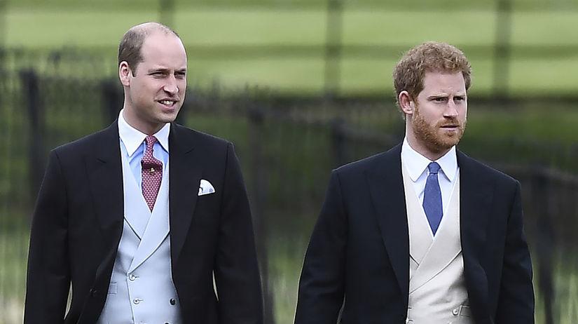 Britskí princovia William (vľavo) a Harry...