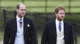 Britskí princovia William (vľavo) a Harry nemohli na obrade chýbať.