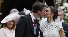 Mladomanželský bozk Pippy Middletonovej a Jamesa Matthewsa.