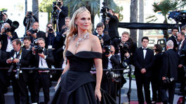 Modelka a herečka Molly Sims pózuje fotografom v Cannes.