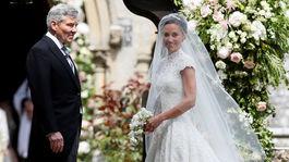 Pippa Middleton (v sprievode svojho otca Michaela) bola krásna nevesta.