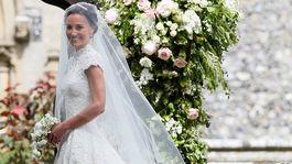Pippa Middleton v svadobnej róbe od dizajnéra Gilesa Deacona.