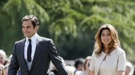 Tenista Roger Federer a jeho manželka Mirka prichádzajú na svadbu Pippy Middletonovej a Jamesa Matthewsa.