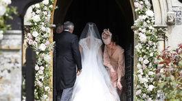 Vojvodkyňa Catherine upravuje šaty svojej sestry Pippy Middletonovej pred začiatkom svadobného obradu.