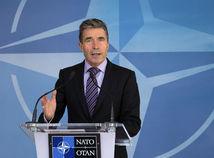 Bývalý šéf NATO Rasmussen: Putin sa asi smeje