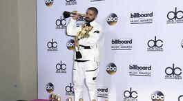 Drake pózuje s rekordným počtom 13 cien Billboard Music Awards.