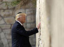 Trump čelí kritike pre nemiestny zápis do knihy návštev v Jad vašem