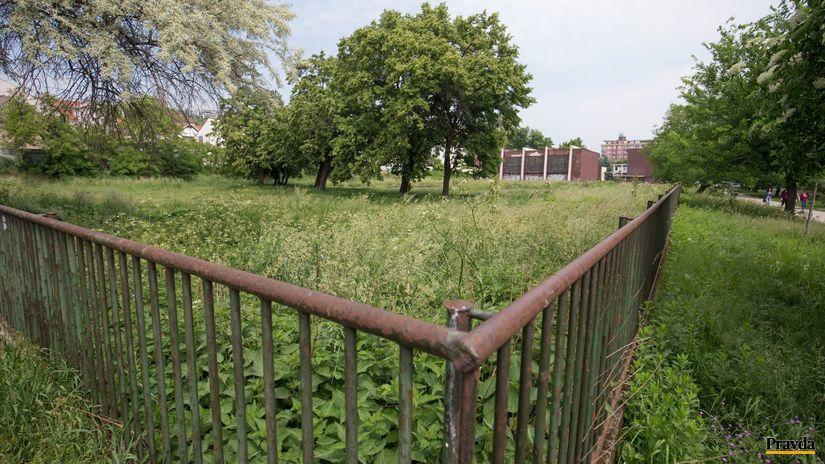 Park, tráva, zábradlie