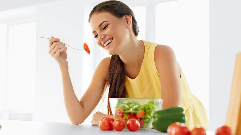 žena, jedlo, jedenie, zdravá strava, kuchyňa