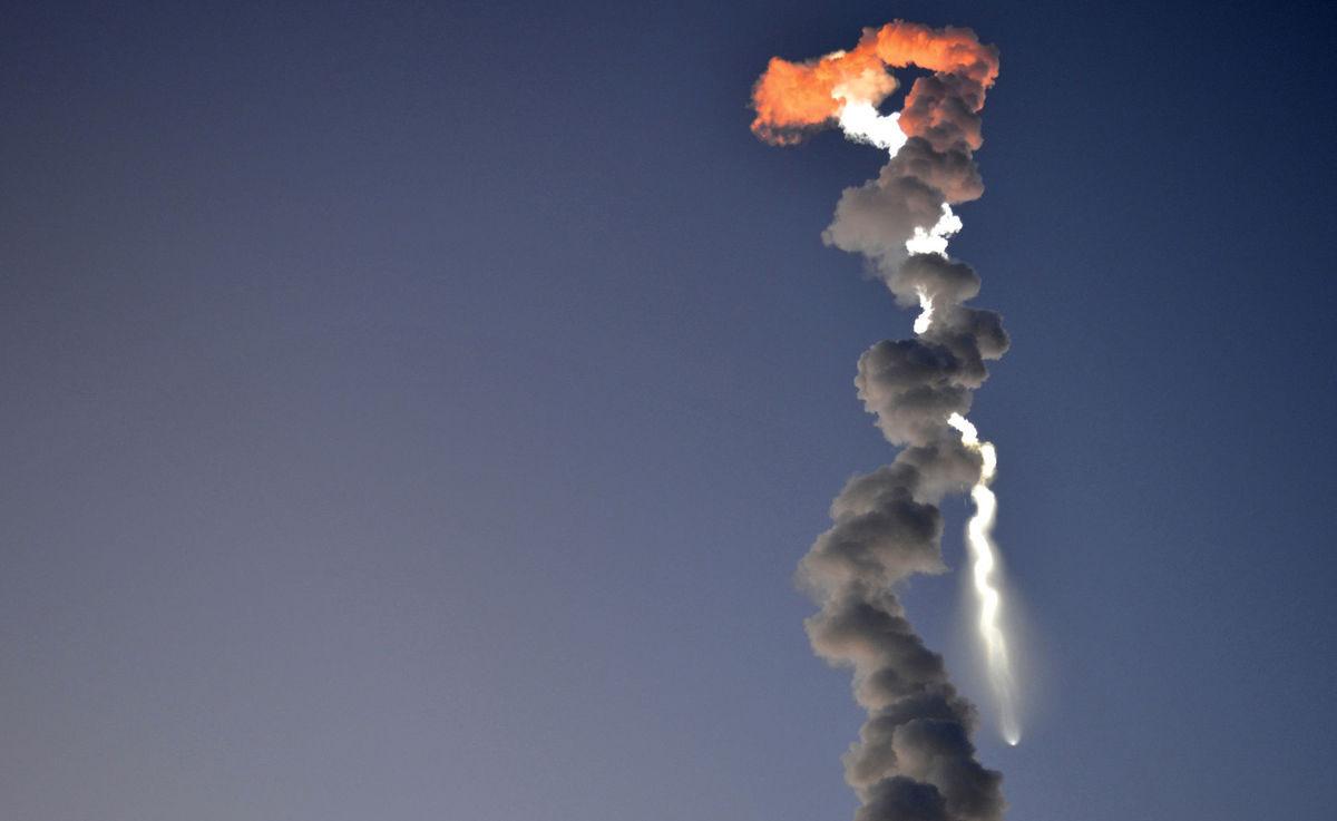 Aljaška, dym, vesmírna raketa