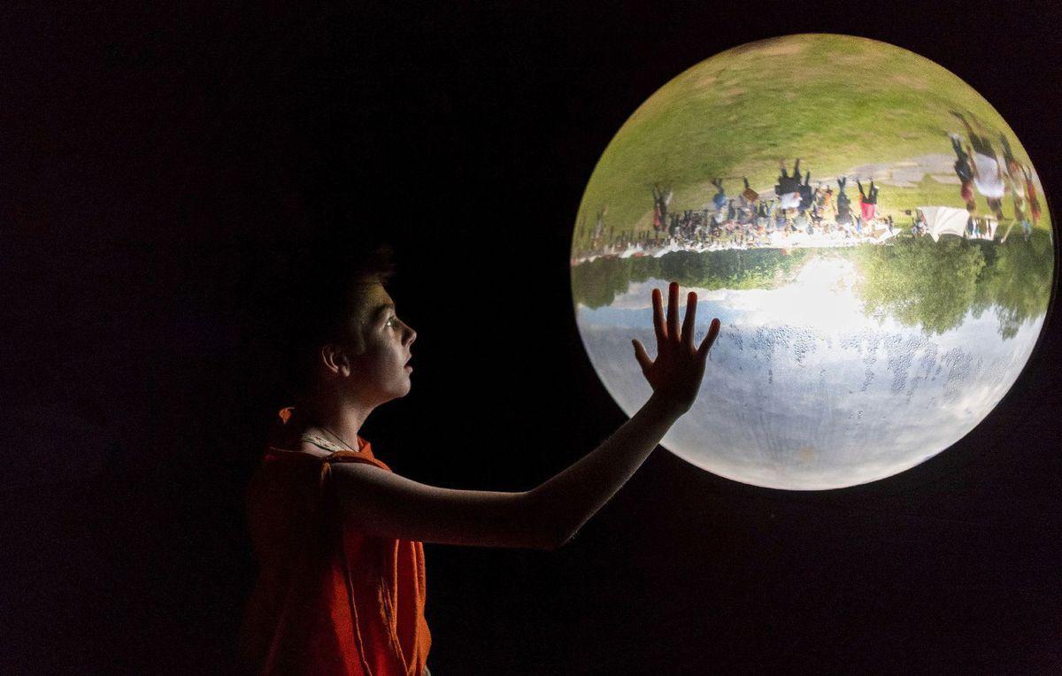 guľa, sklená guľa, múzeum, Bramsche-Kalkriese, chlapec