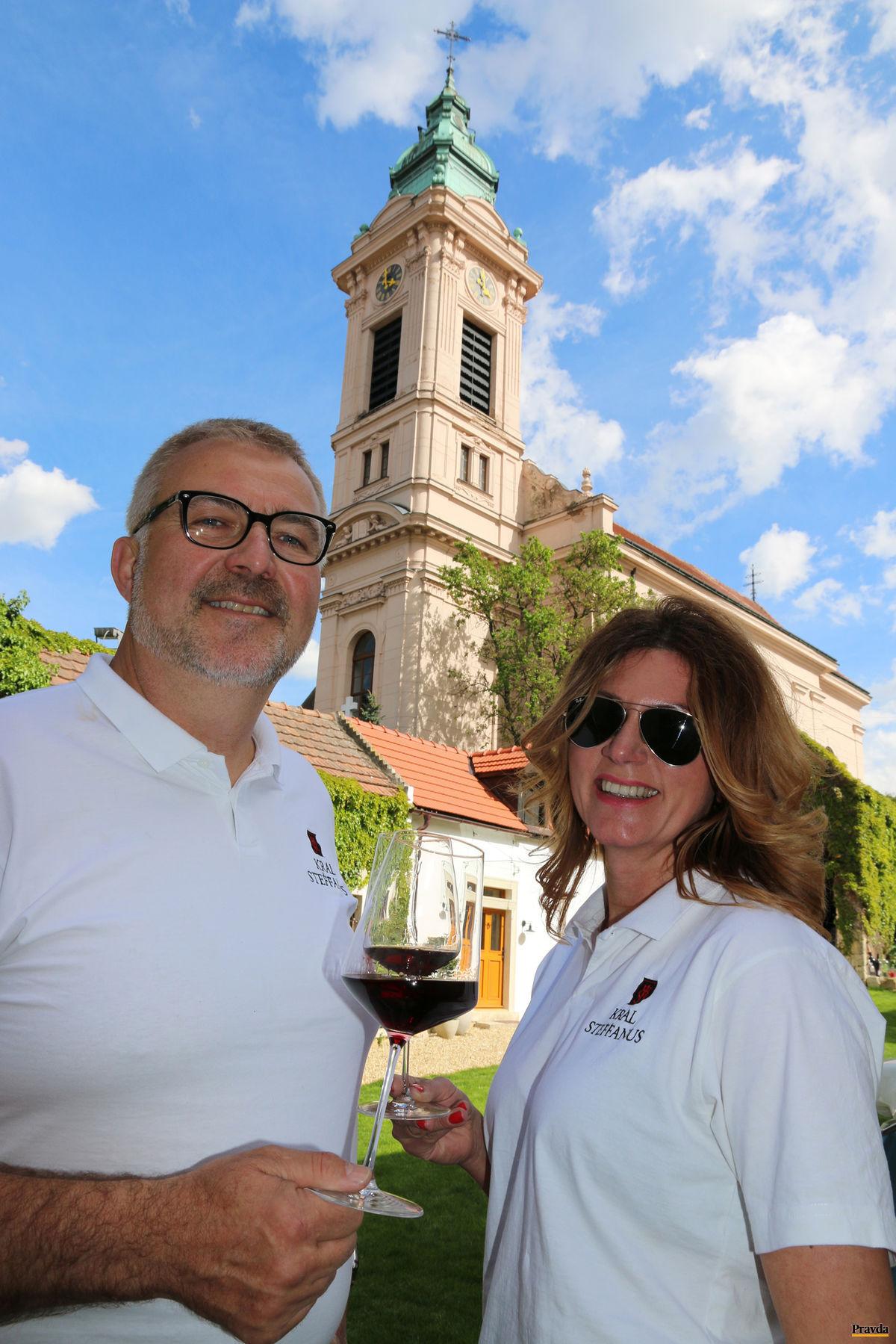 Trojlístok šťastia: Pavol Král, jeho partnerka Adriana a víno.