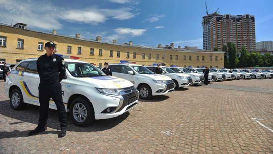 Neuveriteľné. Ukrajinská polícia prevzala 635 plug-in hybridných Mitsubishi!