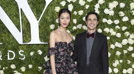Dizajnér Zac Posen a modelka Liu Wen v šatách z jeho ateliéru.