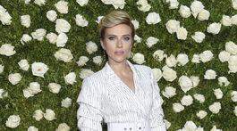 Herečka Scarlett Johansson v kreácii Michael Kors.