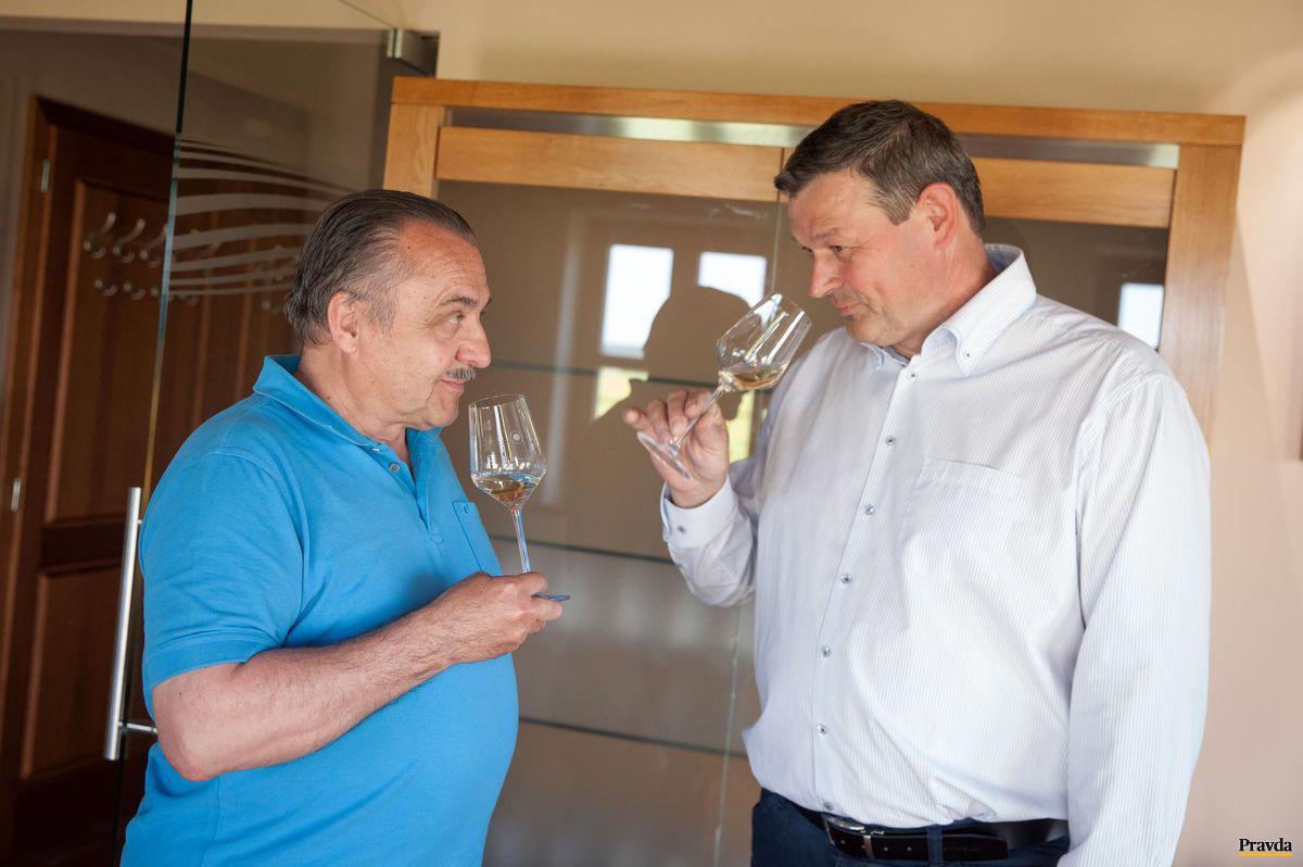 Vedec Bruno Gábel a vinohradník Ladislav Šebo.