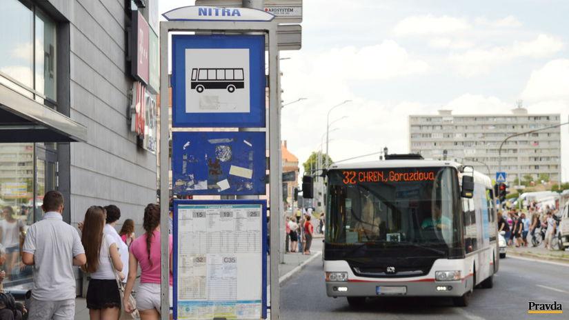 Nitra, MHD, zastávka, autobus, ľudia