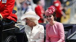 Vojvodkyňa Camilla z Cornwallu a jej nevesta - vojvodkyňa Catherine z Cambridge prišli spoločne.