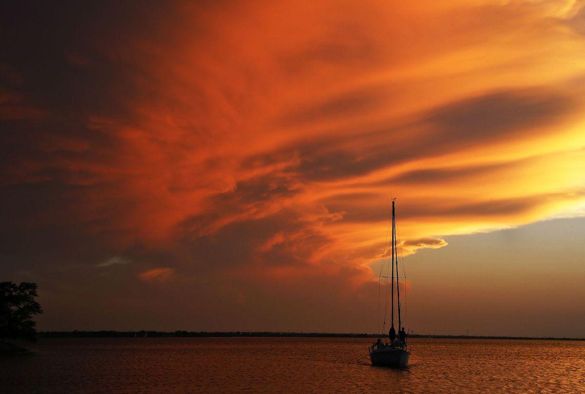 Oklahoma, večer, západ slnka, loď, čln, plavba, jazero