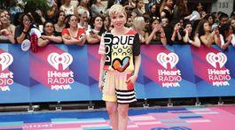 Speváčka Carly Rae Jepsen prišla na vyhlásenie cien s novým imidžom.