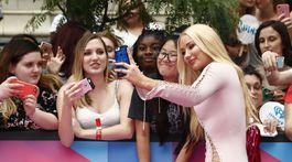 Speváčka Iggy Azalea sa ochotne fotografovala s fanúšikmi.