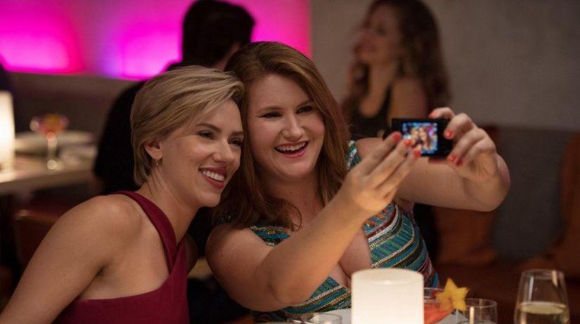 Scarlett Johansson a  Jillian Bell
