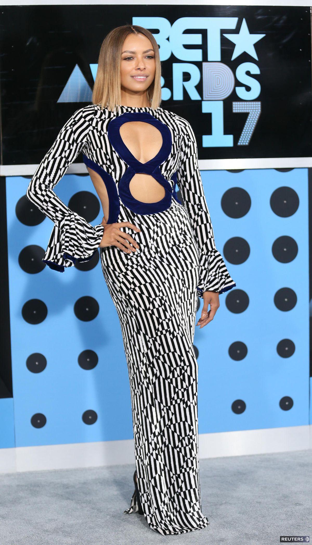Herečka Kat Graham volila netradičné šaty.
