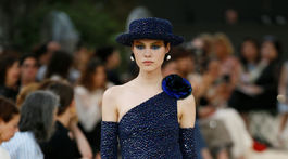 Modelka v kreácii Chanel Haute Couture Jeseň-Zima 2017/2018.