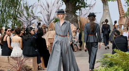 Modelka v kreácii Christian Dior Haute Couture Jeseň-Zima 2017/2018.