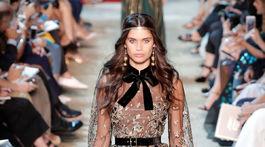 Modelka v kreácii Elie Saab Haute Couture v Paríži.