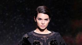 Modelka v kreácii Fendi Haute Couture Jeseň-Zima 2017/2018.