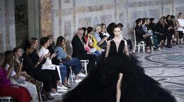 Modelka v kreácii Giambattista Valli Haute Couture Jeseň-Zima 2017/2018.