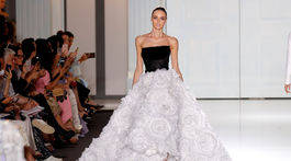 Modelka v kreácii Ralph & Russo Haute Couture Jeseň-Zima 2017/2018.