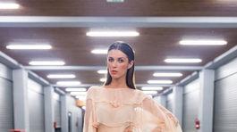 Modelka v transparentných šatách z letnej kolekcie Fera Mikloška.