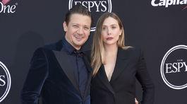 Herec Jeremy Renner a jeho kolegyňa Elizabeth Olsen.