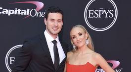 Hokejista Matt Lombardi a jeho priateľka - bývalá gymnastka Nastia Liukin.