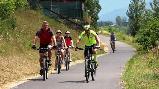 Vyberte sa na bicykloch popri Váhu ku trom hradom