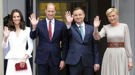 princ William (druhý zľava) a jeho manželka - vojvodkyňa Catherine