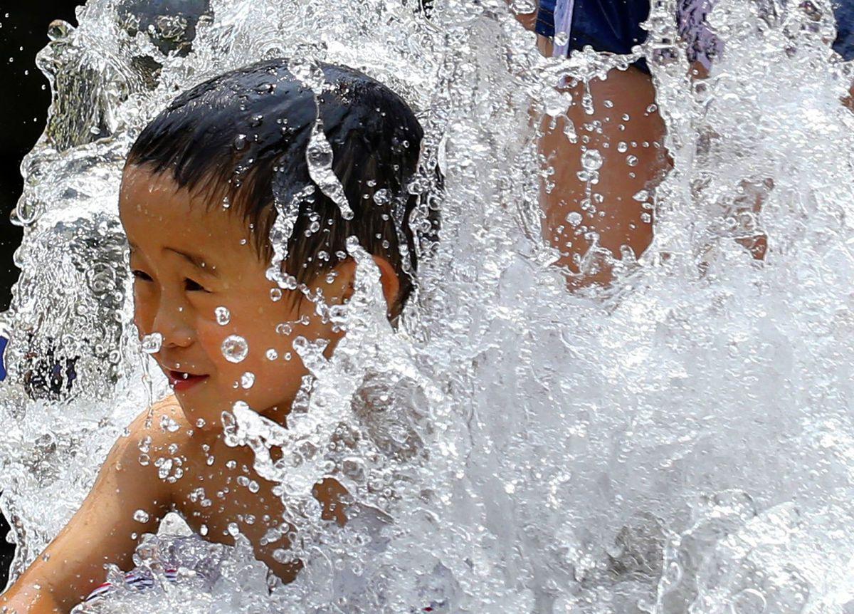 fontána, deti, leto kúpanie, voda, horúčavy, osvieženie, Japonec, dieťa