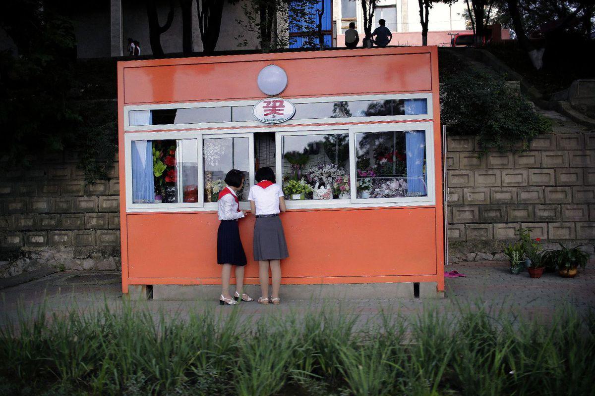 Severná Kórea, KĽDR, stánok, dievčatá, pionierky, kiosk