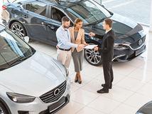 Predaje áut v Európe rastú, naftovým motorom hrozí zákaz
