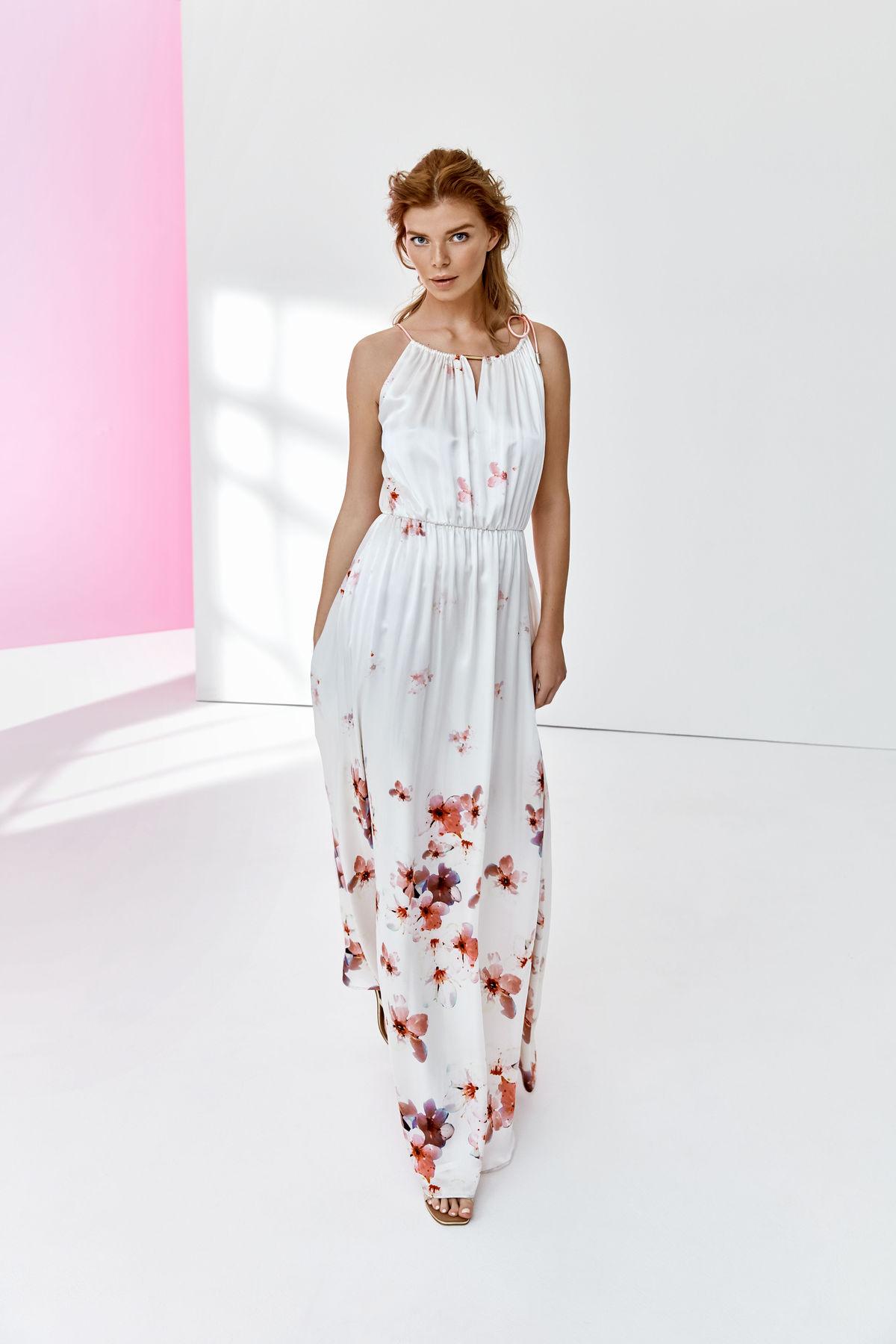 729d77424 Dlhé šaty so vzorom sú na letnú sezónu ako stvorené - model na snímke  Pietro Filipi ...