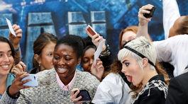 Herečka a modelka Cara Delevingne pózovala s fanúšikmi.