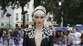 Herečka Cara Delevingne v kreácii Burberry Prorsum.