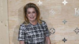Catherine Deneuve s kabelkou Louis Vuitton