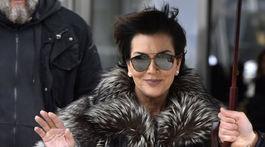 Televízna osobnosť Kris Jenner s kabelkou značky Louis Vuitton.