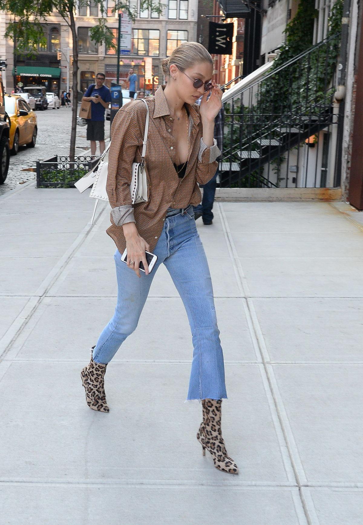 Topmodelka Gigi Hadid s kabelkou Prada Etiquette.