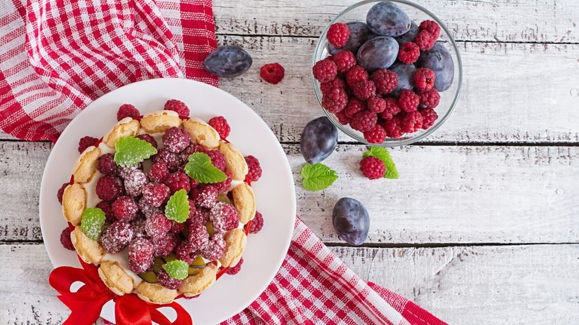 maliny, slivky, ovocný koláč